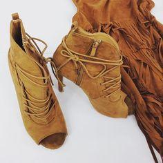 Wybieracie się dziś wieczorem na impreze? Co powiecie na botki open toe w modnym kolorze i idealne na dzisiejsza deszczową pogodę?💃 #wwwcervandonepl #cervandone #cervandonepl #styleinspiration #opentoeheels #opentoedshoes #shoes #brownshoes #highheels #brown #weekend #weekendmood #party #fashion #shoesaddict