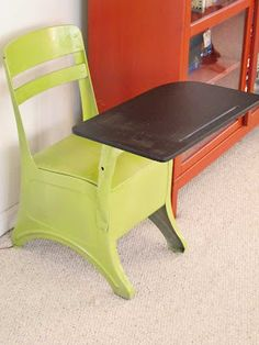 I love the spring green color and the blackboard color on the desktop! Inspire by working together. – # - Sites new Painted School Desks, Old School Desks, Old Desks, Chalkboard Table, Chalkboard Paint, Chalk Paint, Paint Furniture, Furniture Makeover, School Desk Makeover