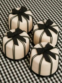 Beautiful Cake Pictures: Monochromatic Pinstriped Black & White Mini Cakes - Black & White Cakes, Little Cakes - Beautiful Cake Pictures, Beautiful Cakes, Amazing Cakes, Fancy Cakes, Cute Cakes, Pretty Cakes, Cake Bars, Fondant Cakes, Cupcake Cakes