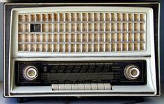 Voce dell'Almanacco del 6 ottobre, per la rubrica 'Accadde Oggi'. Evento avvenuto 93 anni fa. «URI (Unione Radiofonica Italiana). 1-RO: Stazione di Roma. Lunghezza d'onda metri 425. A tutti coloro che sono in ascolto il nostro...