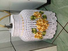 Capa para botijao fechada ou aberta feita na medida padrão na cor branca com flores amarelas mescla, ou na cor desejada, feitas por encomenda.  Produzida com barbante de otima qualidade