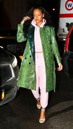 Rihanna rocks a millenial pink sweatsuit Rihanna Looks, Rihanna Style, Rihanna Fashion, Rihanna Casual, Look Fashion, Street Fashion, Womens Fashion, Fall Fashion, Outfit 2016