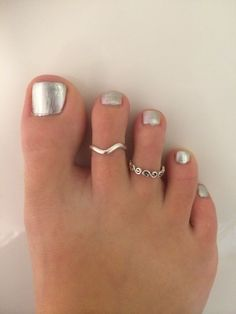 Silver painted toe nails with permanent silver toe rings -nail art Summer Nails Neon, Painted Toe Nails, Pedicure Colors, Toe Polish, Silver Toe Rings, Jewelry Auctions, Beautiful Toes, Silver Paint, Jewelry Website
