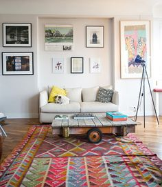 for every picture I asked my self, why do i love this? Ok, so here is the list: the rug (omg) the lamp (great blue) the coffee table (those wheels!), the yellow pillow, the art work (is that an unframed calendar?) oh and the dog is cute too.