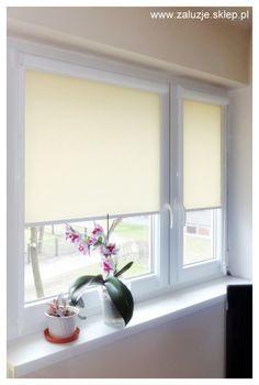 Rolety okienne wykonane na wymiar zawsze są nieco droższe niż te, które możemy od ręki kupić w markecie budowlanym. Ta inwestycja jest jednak opłacalna, bo kupując rolety na wymiar mamy pewność, że roleta idealnie będzie pasować do naszego okna. Dzięki takiemu rozwiązaniu mamy okno całkowicie zasłonięte, niezależnie od tego, czy są to okna duże, np. balkonowe, czy o standardowych wymiarach i kształtach. Rolety z prowadnicami świetnie trzymają się ramy okiennej nawet gdy okno jest uchylone.