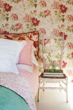 detalle en afrancesado a dorm with papel pintado de flores en casa de Federica & co en novales