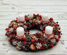 Adventskranz basteln im Landhausstil-Karo-Muster in klassisch Weiß-Rot-dekoriert mit Tannenzapfen