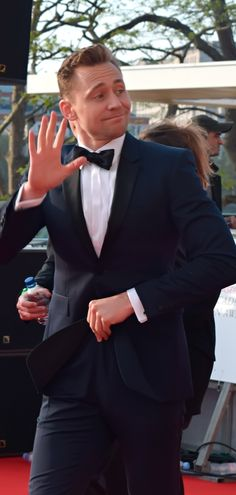 """TOOOOOOM! Look at me Tom!"" Source: http://news.tvguide.co.uk/tom-hiddleston-alert-our-best-pictures-from-the-bafta-tv-red-carpet/ Full size image: http://ww1.sinaimg.cn/large/6e14d388gw1f3pkjpulwwj21ru13ee84.jpg"