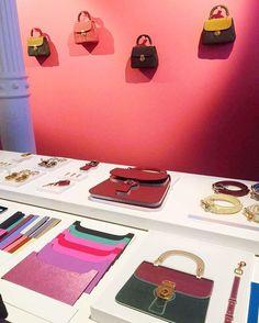 A @Burberry celebra nesta noite em Nova York o lançamento da bolsa DK 88. Em clima de festa e em um ambiente ultracolorido na loja do Soho a marca apresenta não só o novo modelo como diversas possibilidades de personalização que vão da cor do couro ao metal das ferragens. (Via @adandreany)  via VOGUE BRASIL MAGAZINE OFFICIAL INSTAGRAM - Fashion Campaigns  Haute Couture  Advertising  Editorial Photography  Magazine Cover Designs  Supermodels  Runway Models