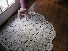 crochet rug - no pattern Crochet Doily Rug, Crochet Carpet, Crochet Home, Knit Or Crochet, Crochet Patterns, Diy Carpet, Beige Carpet, Rugs On Carpet, Cheap Carpet