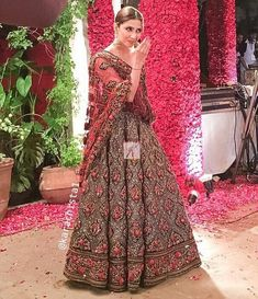 Global market Leader in Ethnic World, we serve End 2 End Customizable Indian Dreams That Reflect with Amazing Handwork & Unique Zardosi Art by Expert Workers Worldwide . Pakistani Formal Dresses, Pakistani Outfits, Indian Dresses, Indian Outfits, Wedding Lehenga Online, Pakistan Bride, Pakistani Couture, Indiana, Black Wedding Dresses