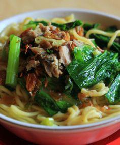 Mie cakalang khas Menado. Yummy! http://www.perutgendut.com/read/mie-cakalang-mie-dengan-aroma-ikan-cakalang-khas-manado/854 #Nusantara #Menado