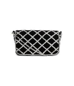 Schwarz. Samttasche mit einem aufgestickten Perlenmuster. Die Tasche hat einen Überschlag mit Magnetverschluss und oben eine Schulterkette. Gefüttert. Größe