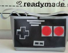Como podéis ver, es un bolso con forma de mando de la NES, fabricado en vinilo, y hecho a mano. Su creadora lo vende por Etsy, así que se trata de una edición limitada.    Tanta Wii, ni tanta DS... donde esté la Nintendo de antaño, para conseguir un look original en vuestros complementos, que se quite el resto. Lo podréis adquirir por 30 euros.    Visto en Technabob