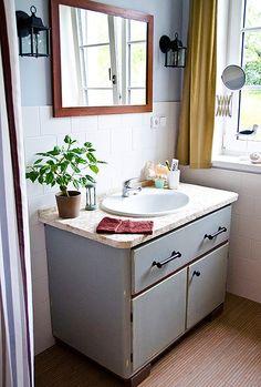 Ze starého mycáku vznikla krásná koupelnová skříňka s mozaikovou deskou a patinovaným povrchem. Autor Mario K; Fler