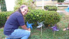 Nadia de la Cadena Secretaria Nacional de Cruz Roja Juventud embelleciendo el jardín de la Cruz Roja durante EnAmorArte