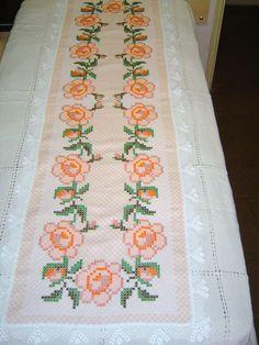 Caminho de Mesa bordado em tecido xadrez salmon e branco <br>180 x 50 cm <br>Para encomenda consulte as cores do tecido xadrez no album BORDADO EM TECIDO XADREZ