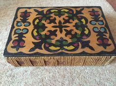 25 zł: Szkatułka wykonana z drewna z ludowymi wzorami na wieku.  Możliwa wysyłka