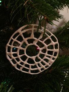 Cercle en dentelle de porcelaine. Déco de Noël . Brigitte Morel