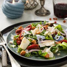 Fleurige salade met honingnoten en geitenkaaskrullen