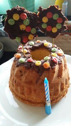 Lekkere tilbandcake. Gebuld met appel envabrikozenstukjes. Versierd met gekleurde chocolade decoratie en chocolade decoratie stokjes met de leeftijd erop