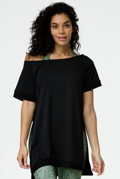 The Onzie Split Sweatshirt in black is a perfect cover-up for your Onzie bras and tops, whether lounging on the beach or leaving the studio! Informations About Onzie Split Sweatshirt Pin You can easil Long Sleeve Tops, Short Sleeves, Pants For Women, T Shirts For Women, Blue Leggings, Fashion Pants, Jeans And Boots, Cover Up, Tunic Tops