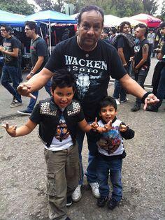 """#laBola presenta a """"Los Mini Maidens"""", la nueva generación de metaleros que ayer aistieron al concierto. Ellos se trajeron al tío. http://shar.es/iBDF8"""