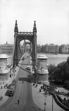 1920s Budapest, régi Erzsébet-híd Old Photos, Vintage Photos, Capital Of Hungary, Vintage Architecture, Cities In Europe, Budapest Hungary, Capital City, Tower Bridge, Historical Photos