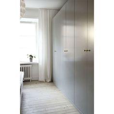 #garderob #garderober #pax #ikea #wardrobes #wardrobe #closet #bedroom #sovrum #interior #interiör #grå #gray #inspiration #interiorinspiration #interiordesign #design #renovering #hem #hemma #decor #design #knoppar #beslag #mässing #brass