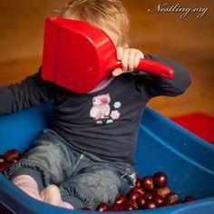 Alles, was einBabysieht, ist neu und aufregend. Alle Gegenstände, die sich zum Erkunden eignen, sind für ein Baby Spielzeug (siehe auch
