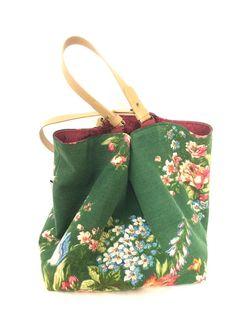 Ce sac réversible Recto-Verso est la dernière pièce unique réalisée dans ces tissus vintage recyclés. Au Recto, Antique est réalisé dans un tissu dameublement vert fleuri dun bouquet multicolore. Ce tissu vintage doccasion, en très bon état, a gardé la fraîcheur de ses couleurs. Sacs Tote Bags, Reusable Tote Bags, Backpack Purse, Purse Wallet, Flower Bag, Floral Bags, Purse Patterns, Fabric Bags, Handmade Bags