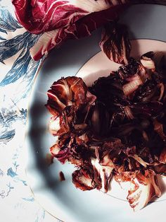grilled radicchio with balsamic vinegar on a blue plate grilled radicchio with balsamic vinegar on a blue plategrilled radicchio with balsamic vinegar on a blue plate Vegetarian Italian Recipes, Italian Side Dishes, Balsamic Vinegar Recipes, Star Food, How To Cook Eggs, Mediterranean Recipes, Gourmet Recipes, Plate