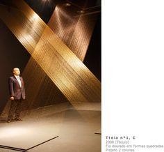 Projeto Lygia Pape | Obras | Anos 00 Tteia n°1,c 2008 (Tóquio) Fio dourado em formas quadradas  projeto 2 colunas