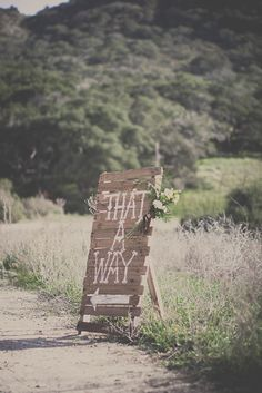 pallet signs! Good idea to direct people from the beach to the reception location.