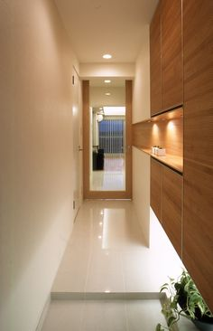 Clean lines and full height cabinet Japanese Home Design, Japanese House, Interior Architecture, Interior And Exterior, Interior Design, Shoe Cabinet Design, Japan Interior, Bedroom Layouts, House Entrance