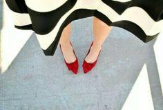 Com sapato vermelho