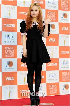Red carpet photos from the Seoul Music Awards' Lee Hi Pretty People, Beautiful People, Seoul Music Awards, 2ne1, Body Inspiration, My Girl, Skater Skirt, Red Carpet, Kpop