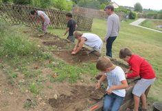 Onze enfants ont découvert les techniques de fouilles archéologiques, dans le cadre d'un atelier pédagogique organisé par le musée d'Argentomagus.
