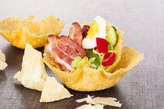 La doppia ricetta al forno, o in padella, per preparare sfiziosi cestini di parmigiano! Gusci di croccante formaggio da accompagnare a insalate e risotti.
