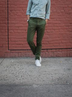 Unis Gio – Moss = Green pants done right Olive Green Pants Outfit, Olive Pants, Olive Chinos, Green Chinos, Chinos Men Outfit, Skinny Chinos, Casual Outfits, Men Casual, Gentleman Style