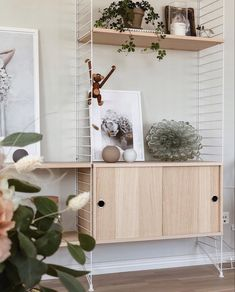 String Shelf, Studio Apt, Koti, Flat Ideas, Shelving Ideas, Lounge Ideas, Organic Modern, Minimalist Living, Floating Shelves