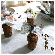 Kankaasta askarreltuja perhosia voi käyttää paikkakorttina.