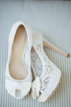 Sapatos de salto com detalhes em renda