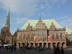 Alemania 32 Ayuntamiento y estatua de Rolando en la plaza del mercado de Bremen son dos obras muy representativas de las tradiciones de autonomía cívica y soberanía del Sacro Imperio Romano Germánico.