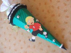 Farbkleckstiger: Tolle Fußballer Schultüte zum selber basteln.