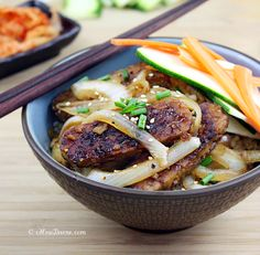 Bulgogi Tempeh with Sautéed Onions. With its flavors of Korean Barbecue it's perfect for the tempeh novice. And it's easy to make. Low Calorie Vegetarian Recipes, Quick Healthy Meals, Healthy Cooking, Healthy Dinner Recipes, Healthy Eating, Vegetarian Food, Healthy Food, Bulgogi, Onion Recipes