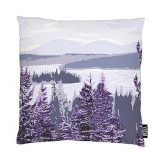 <p>Muonio-tyynynpäällisen maanläheinen talvikuosi on Riina Kuikan suunnittelema. Luontomaisemaa koristavat kuuset ja koivun rungot, ja puiden ympäriltä löytyy monia, vahvoja suomalaisia elementtejä: metsä ja lumi &n