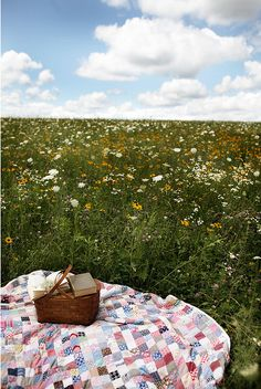 Inspiration for a picnic meadow garden Picnic Time, Summer Picnic, Parks N Rec, Parks And Recreation, Meadow Garden, Romantic Picnics, Vintage Classics, Beach Umbrella, Company Picnic
