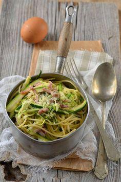 Ça faisait longtemps que je voulais tester une recette de spaghetti de courgette et pour ce test j'ai choisi une version carbonara...