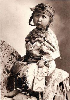 CANADA ( Alberta) / UNITED STATES (Montana) - Blackfoot Confederacy - A Blakfoot little girl (ca. 1900)